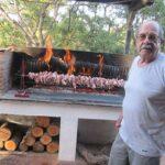 Il Sig. Giorgio mentre è all'opera in una delle sue grigliate Elba Residence (Isola d'Elba)